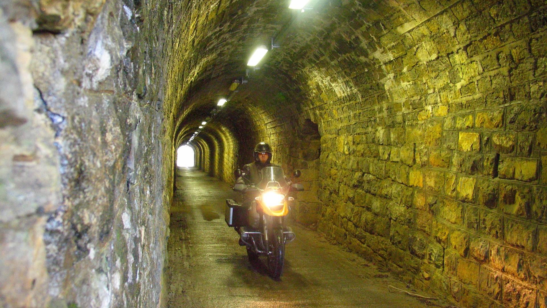 Durch den Tunnel auf der Monte Zoncolan Passstraße