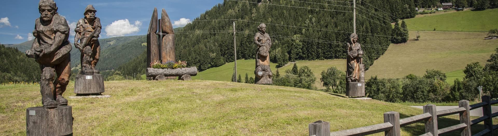 Holzskulturen in Gnesau in den Nockbergen