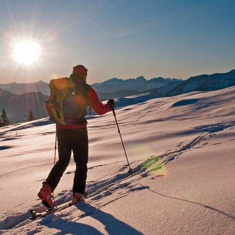 Schneeschuhwandern im Sonnenlicht