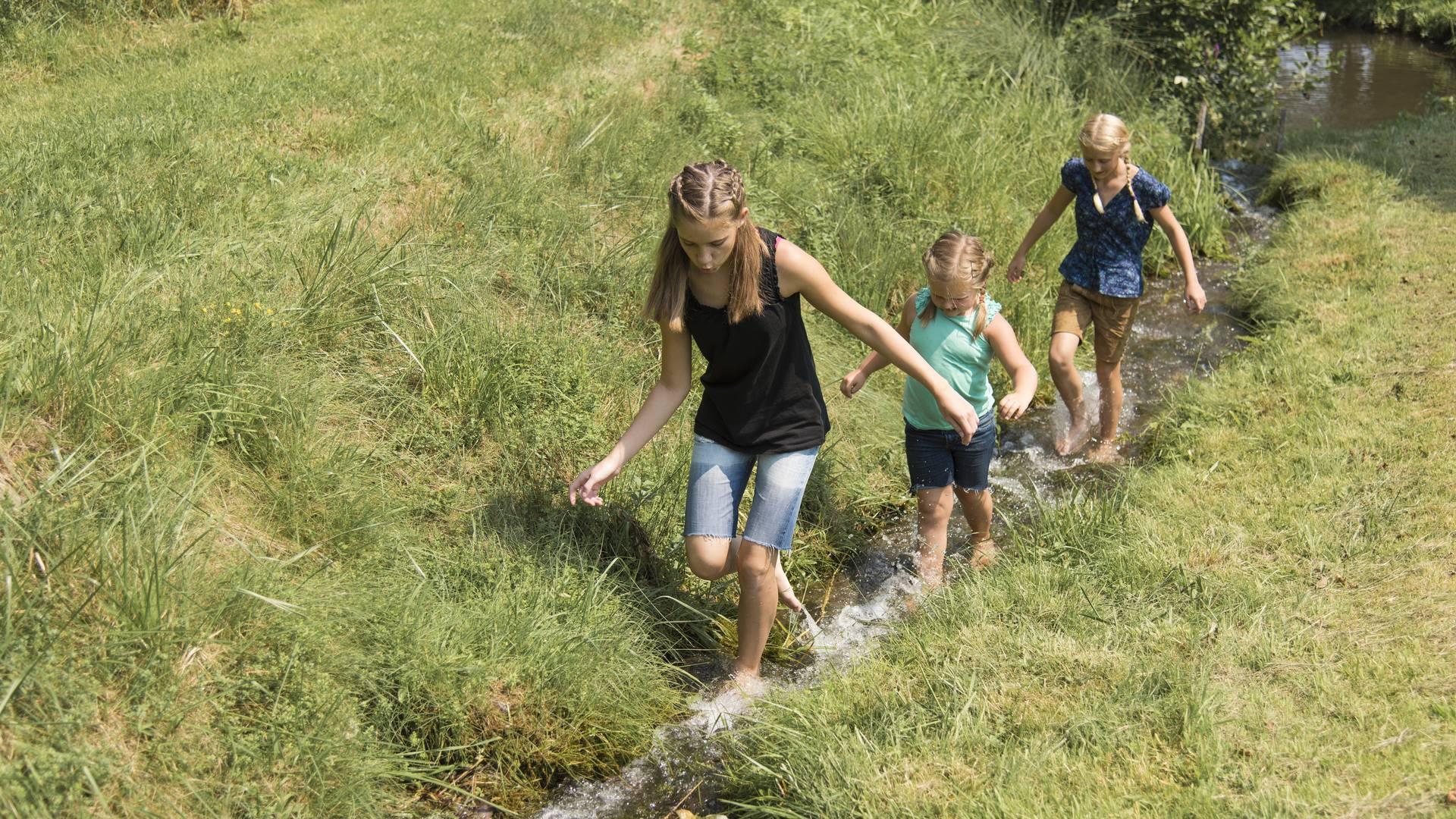 Geschmack der Kindheit - Kinder im Bach Fischzucht Prenter