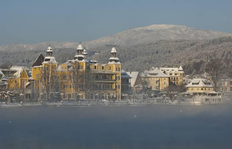 Hotel Schloss Velden mit Blick auf die Gerlitzen