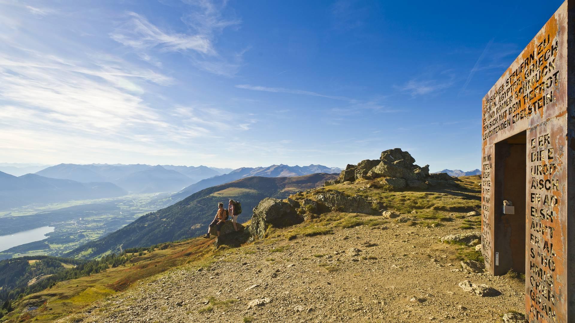 Granattor auf der Millstätter Alpe. Dem größten alpinen Granatvorkommen gewidmet. Herrlicher Ausblick auf den Millstätter See.